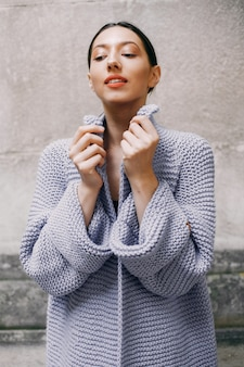 Мода девушка, стоящая в autmncity