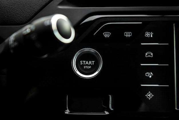 キーレス用自動車のエンジン始動停止ボタン。