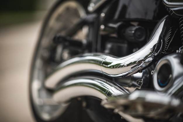 Автомобильная выхлопная труба автомобиля, загрязнение дымовых газов, транспорт в транспортном автомобильном двигателе, управление атмосферой окружающей среды, грязные выбросы дорожного движения