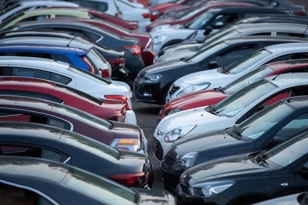 Автостоянка кинотеатра, полная автомобилей mム© xico городской трафик