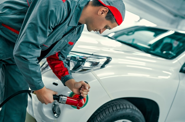 自動車整備士のバフ研磨車の車体。車の修理とメンテナンス。