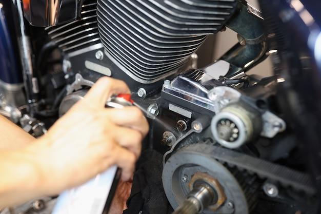 자동차 정비사는 기계 부품 그리스 또는 에어로졸 스프레이용 세척제로 나사를 윤활합니다.