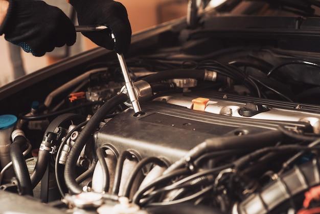 自動車整備士が車を修理します。従業員が機械のメンテナンスを行います。