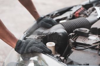 ガレージで働く自動車整備士。車修理サービス。