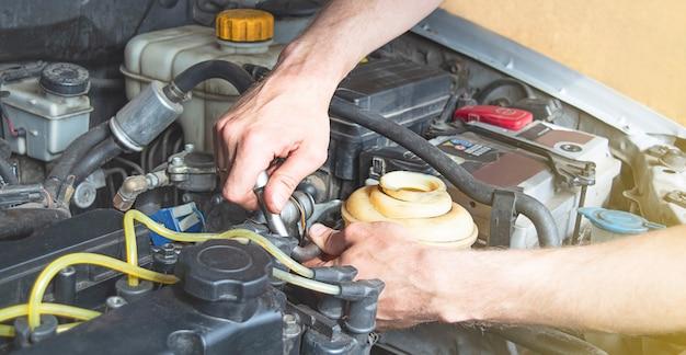 自動車整備士はガレージで働いています。
