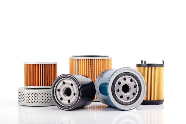 Автозапчасти аксессуары. масляный, топливный или воздушный фильтр для двигателя автомобиля, изолированные на белом фоне.