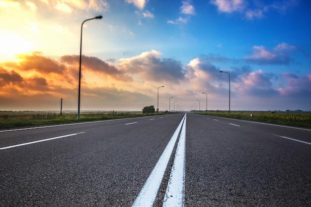アウトバーン。夜明けの空の平らな道
