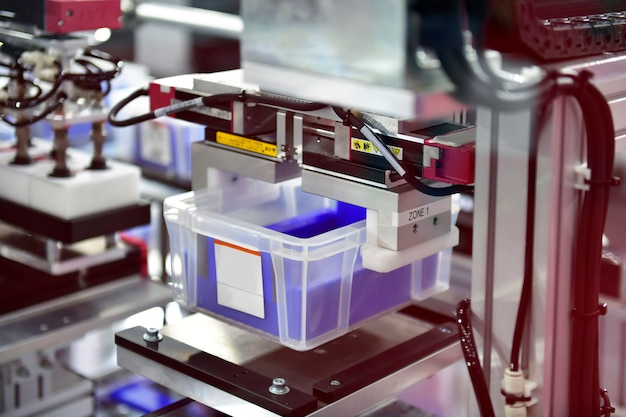 Автоматизированный склад с белым пластиком в производственной линии концепция современной системы транспортировки посылок