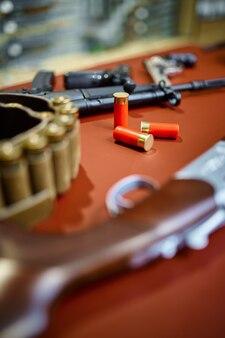 銃店のクローズアップのカウンターにある自動および狩猟用ライフル、誰も。武器屋、弾薬の品揃え、銃器の選択、射撃の趣味とライフスタイル、護身術とセキュリティ