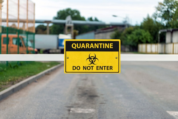Автоматический шлагбаум с предупреждающим знаком coronavirus