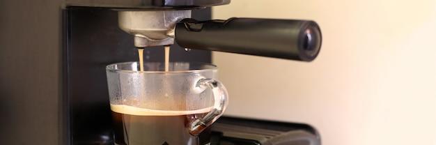 自動コーヒーマシンはガラスのコップで自然なコーヒーを作ります。ビジネスオファーの販売。設置事務センター