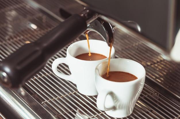 Автоматическая кофемашина готовит два ароматных кофе