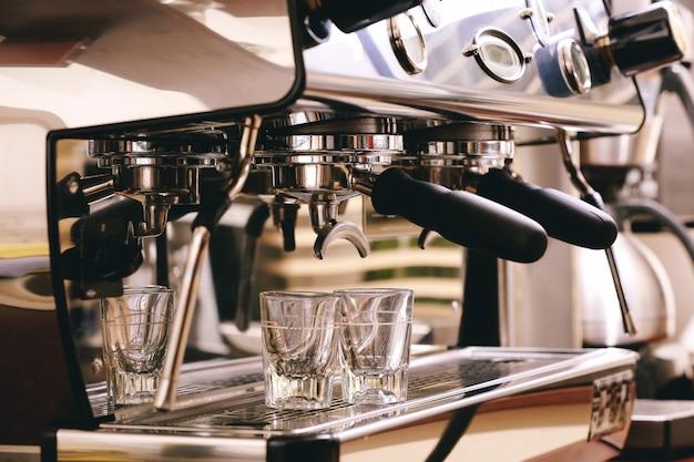エスプレッソを準備する自動コーヒーマシン