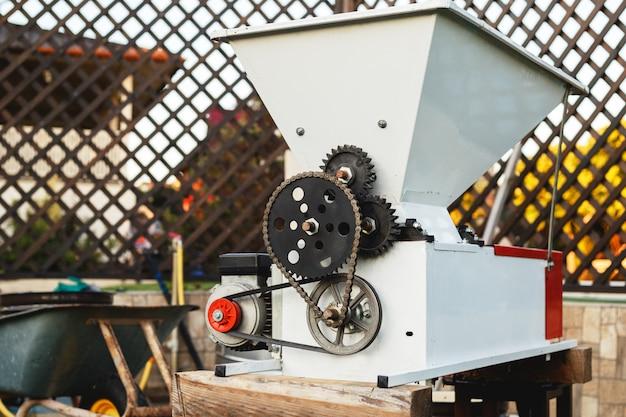 Automatic destemmer crusher machine