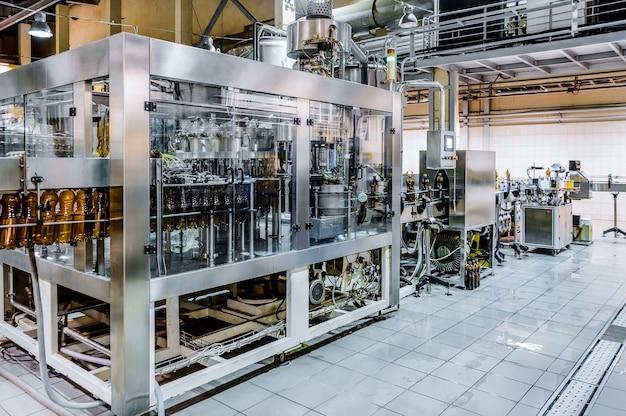 Автоматическая разливочная машина. разлив пива в пивоварне. тонированное изображение