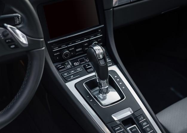 Автоматическая передача припаркована внутри современного автомобиля спортивного автомобиля. переключатель акпп.