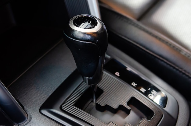 現代のスポーツカー内の自動ギアスティック。