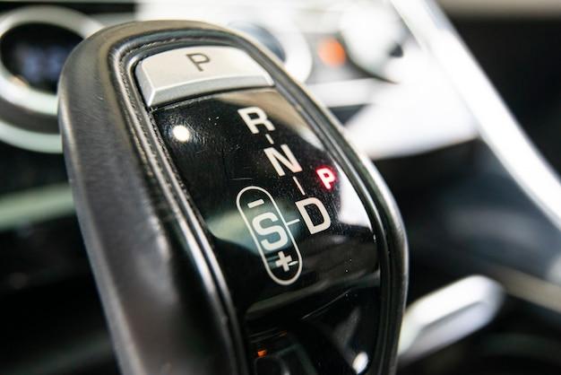 Макросъемка рычага автоматического переключения передач с селективным фокусом