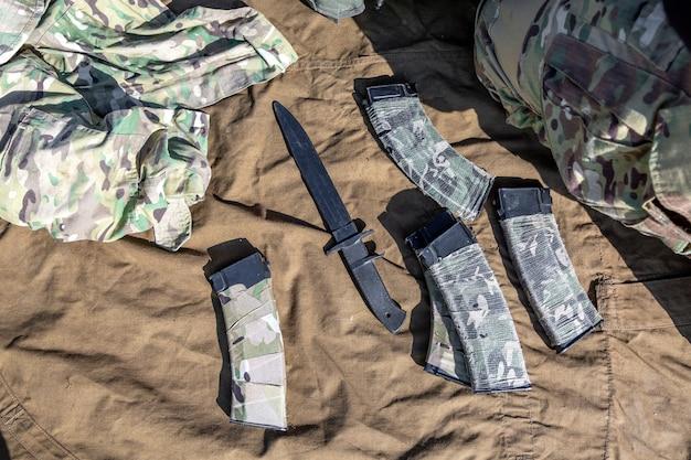 자동 총과 이것의 일부. 전쟁, 군대, 기술 및 사람들 개념.
