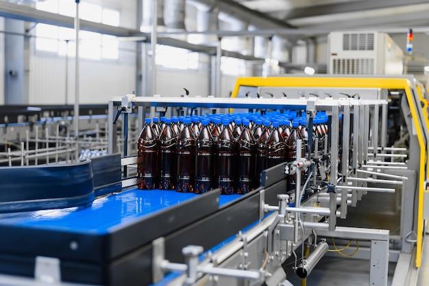 醸造所での真空包装用の自動ライン。