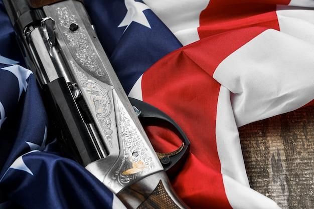 나무 표면에 미국 국기에 자동 소총