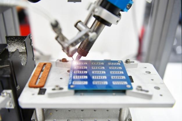 Автоматический робот для машины для сборки печатных плат во время пайки компонентов на заводе
