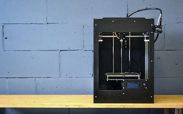 자동 3차원 3d 프린터는 플라스틱을 수행합니다.