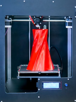 물체를 인쇄하는 자동 3차원 3d 프린터는 플라스틱을 수행합니다.