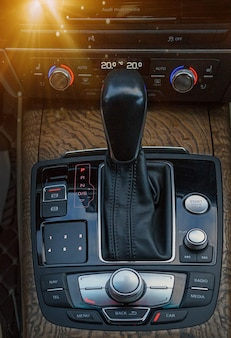 Селектор переключения акпп в салоне автомобиля. крупным планом ручное переключение переключения передач современного автомобиля.