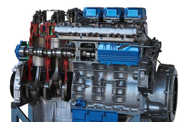 자동차 트럭 엔진은 교육 목적으로 반으로 절단된 절단 모델을 톱질했습니다.