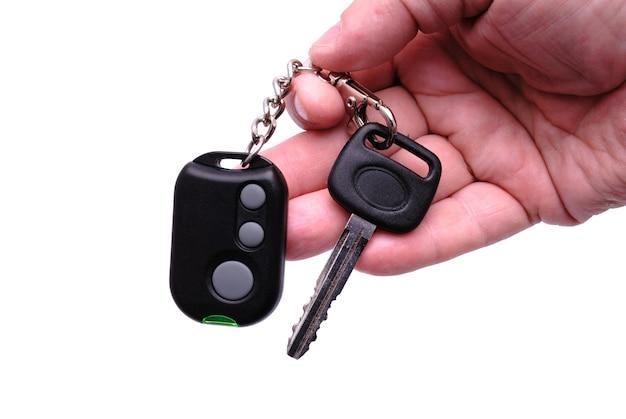자동차 경보 시스템의 자동차 키와 원격 제어 패널이 손에 있습니다.