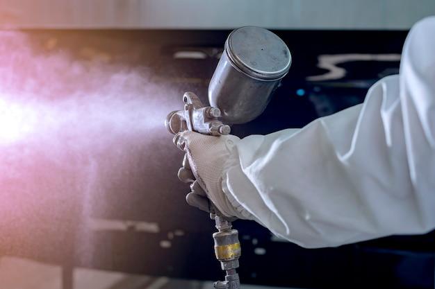 페인트 챔버에서 보호 작업복 및 인공 호흡기 페인팅 차체의 자동차 수리공 화가