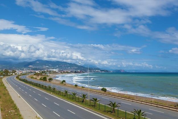 Alanya turkey의 걷기와 스포츠를 위한 아름다운 제방을 따라가는 자동차 도로