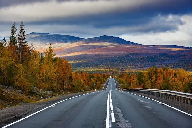 Осенняя автомобильная дорога в хибинские горы.