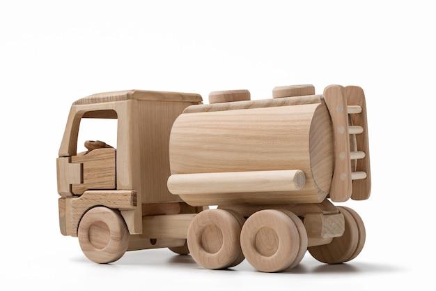 연료를 운반하는 자동차 탱크. 나무 장난감 자동차 모델.