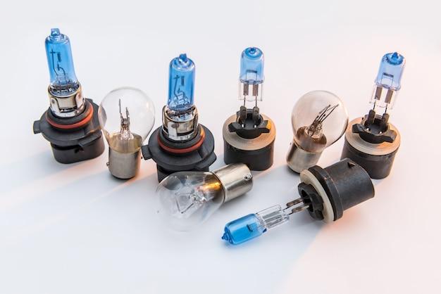 수리를 위해 자동차 헤드 램프 전구 흰색 절연. 현대 가벼운 자동차 램프