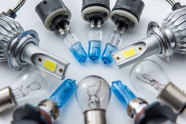Лампа автомобильной фары для ремонта, изолированные на белом. современные легкие автомобильные лампы