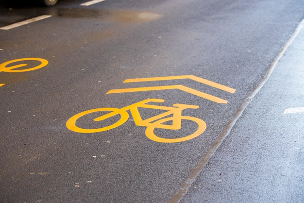 Automotive marking for bicycles on wet roads