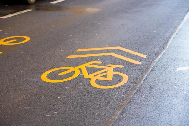Автомобильная разметка для велосипедов на мокрой дороге
