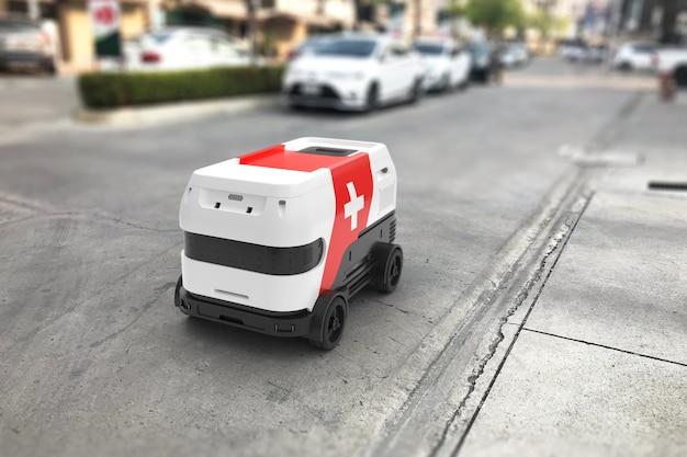 응급 처치 키트가 있는 자율 로봇이 도로에 있습니다.