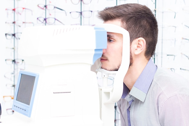 Autorefkeratotonometer。多機能眼科診断装置。眼科医は患者の目をチェックします。