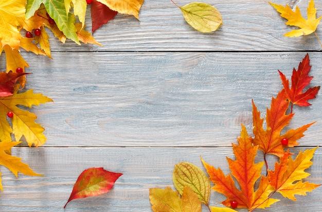 Autum는 나무 테이블에 나뭇잎
