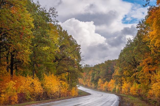 도로와 장엄한 하늘과 가을 놀라운 풍경