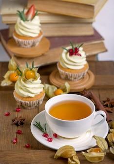 秋と冬の焼き菓子。伝統的な秋のスパイスを使ったヘルシーなマフィンとティーカップ。