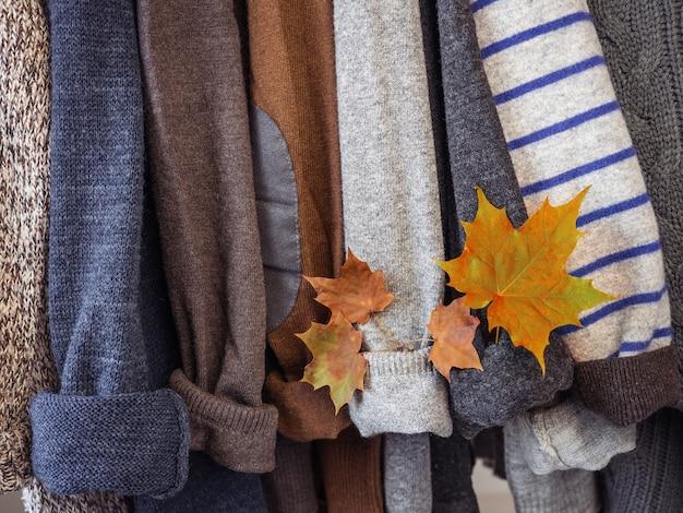 탈의실 옷걸이에 걸려 있는 가을 겨울 옷들. 사람이 없어요, 클로즈업. 아름다움과 패션의 개념