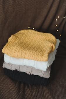 Осенне-зимняя концепция со стопкой вязаных свитеров