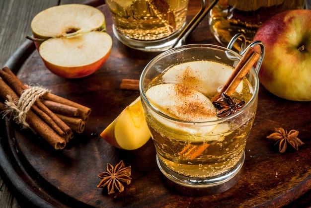 秋と冬の飲み物香辛料とサイダーの伝統的な自家製アップルサイダーカクテル