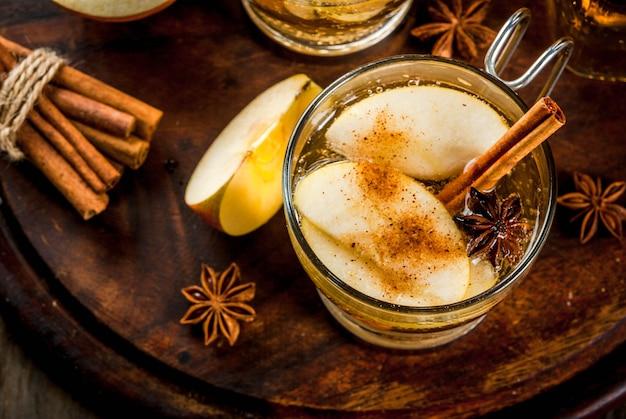 秋と冬の飲み物。伝統的な自家製アップルサイダー、サイダーのカクテル