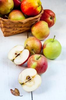 흰색 나무 테이블에가 사과