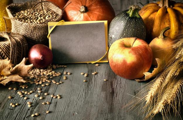 木の秋のアレンジメントとカードに「幸せな感謝祭」の挨拶